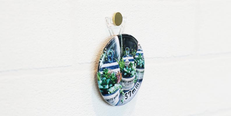 スタンド缶バッジは壁に飾れる